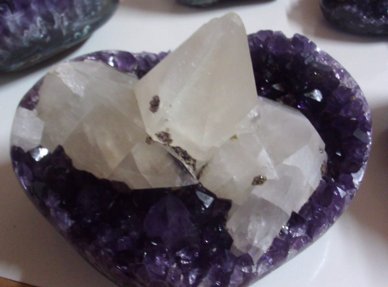 Stones from Uruguay - Amethyst Druzy Heart with Calcite ( kg)